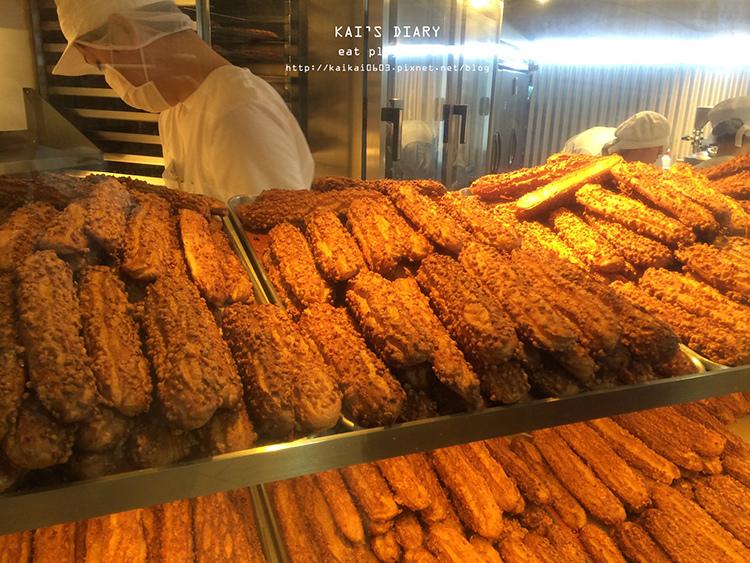 【東京】排隊30分鐘也甘願!新宿最流行的排隊甜點:ザクザク超酥脆泡芙 @凱的日本食尚日記